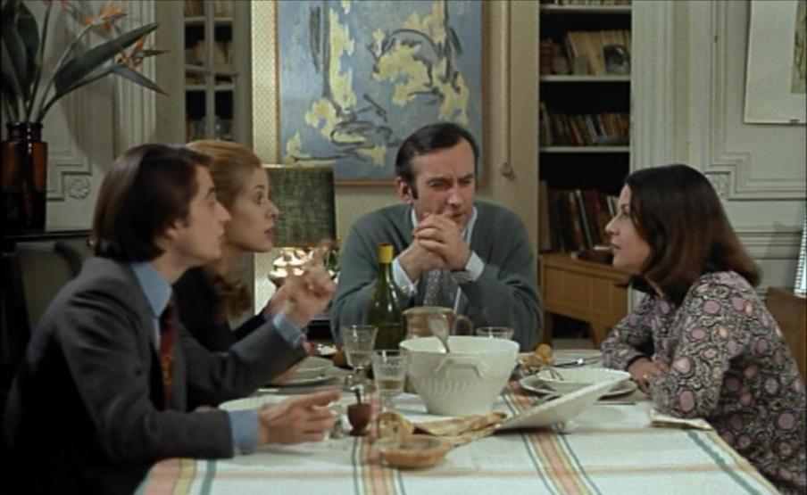 """Christine (Claude Jade) entschuldigt sich bei Maman (Claire Duhamel). Sie hat vergessen, dass letzte Woche Muttertag war. Antoine weiß: """"Also von allem anderen abgesehen; der Muttertag ist eine Erfindung der Nazis."""" Jean-Pierre Léaud, Claude Jade, Daniel Ceccaldi und Claire Duhamel in """"Domicile conjugal""""."""