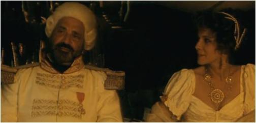 "Jean Yanne als Kommandant Hugues Duroy de Chaumareys und Claude Jade als Reine Schmaltz in ""Le Radeau de la Méduse"""