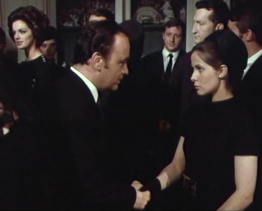 Morcerf (Raymond Pellegrin) kondoliert Linda (Claude Jade). Im Hintergrund: Anny Duperey