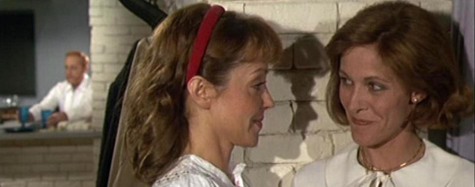 """Während Corinne Le Poulain und Claude Jade flirte, bereitet Michel Serrault das Essen zu. Szene aus """"Bonsoir"""""""