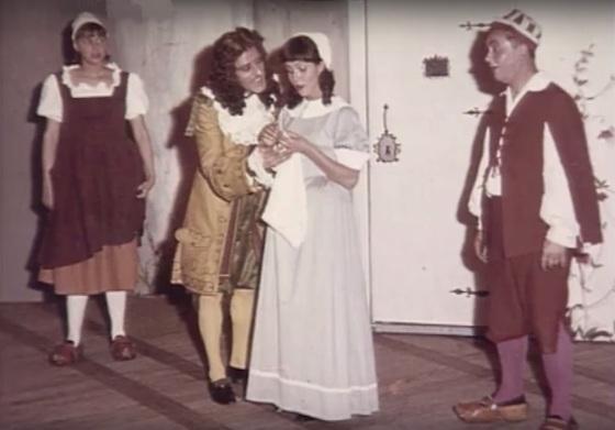 """Mai 1964 an der Comédie de Bourgogne in Dijon: André Héraud (Arnolphe) und Claude Jade (Agnès) mit Catherine Lemaire (Georgette) und Jacques Raviot (Alain) in """"Die Schule der Frauen"""""""