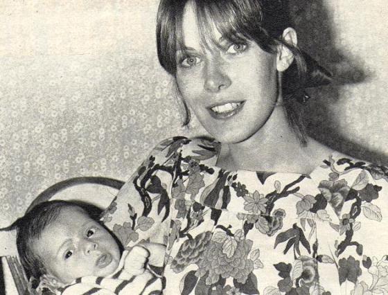 Pierre Coste in den Armen seiner Maman Claude Jade